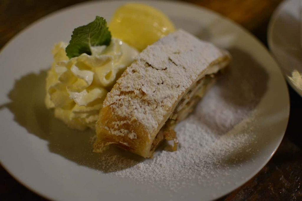 Äppelstrudel med glass på Mlejnice