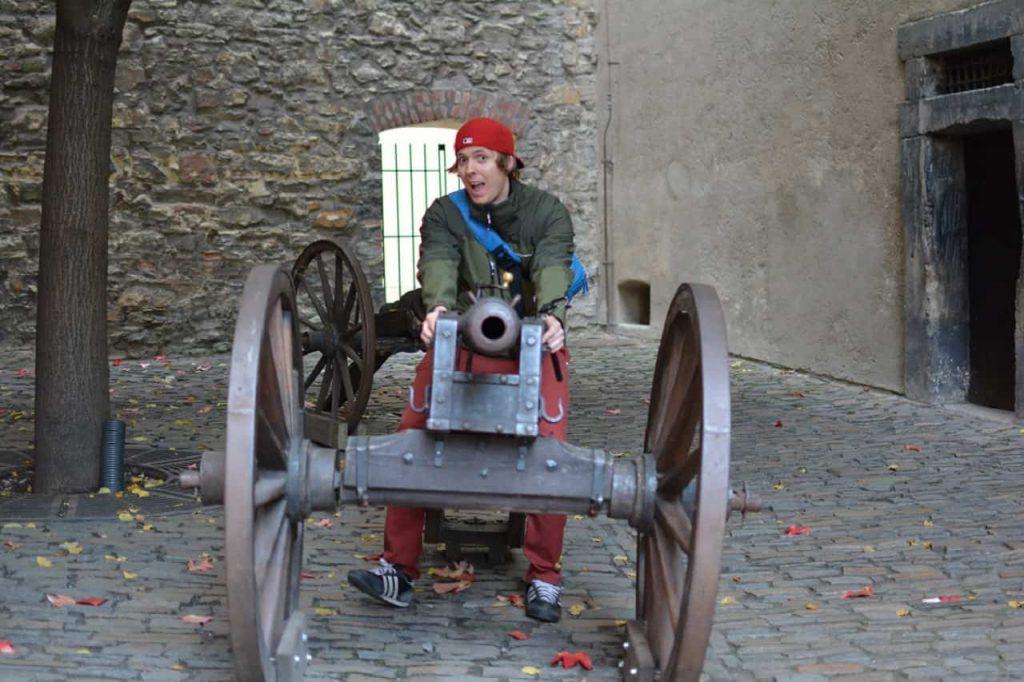 Residiot leker med en kanon bakom Pragborgen
