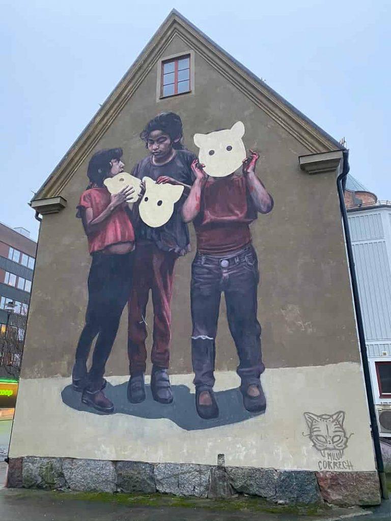 """Väggmålningen """"Barnen och vargen"""" i Nässjö"""