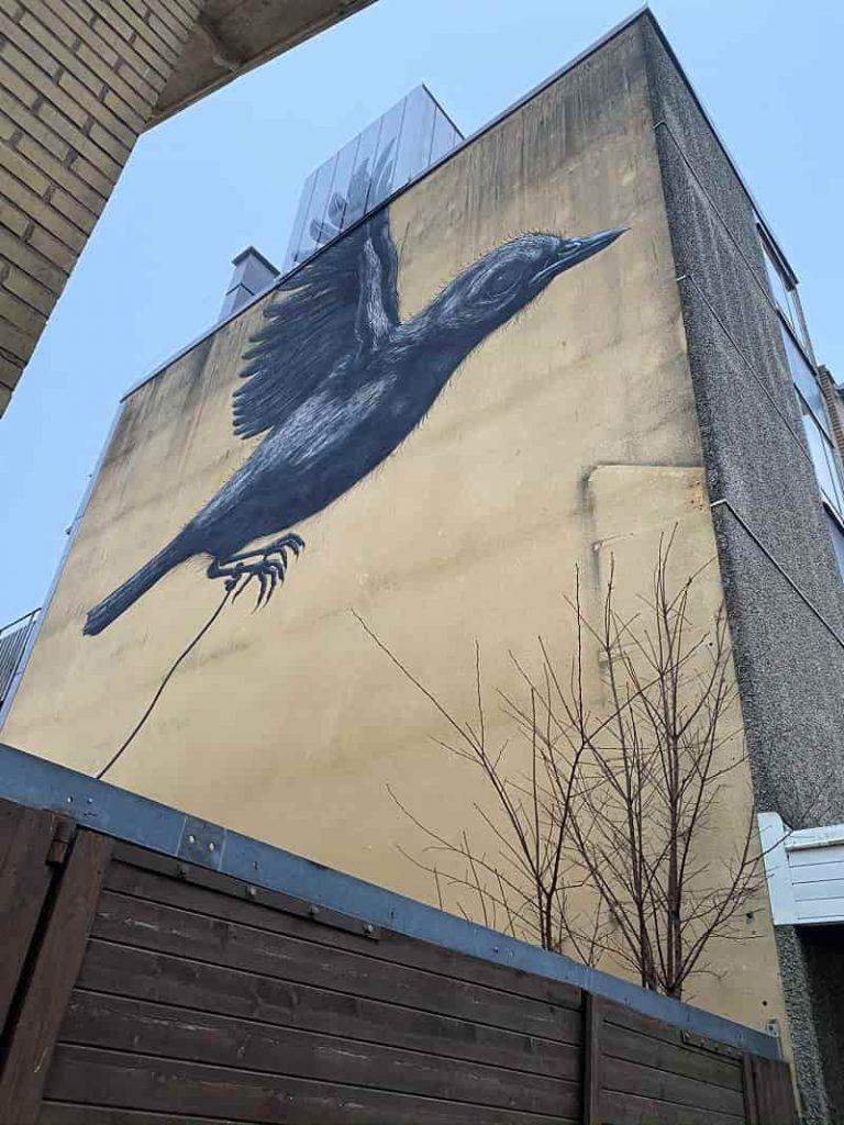"""Väggmålningen """"Fågeln"""" av ROA"""