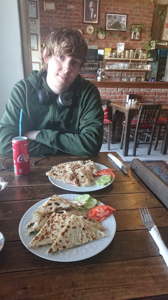Residiot äter Gözleme efter en lång busstur