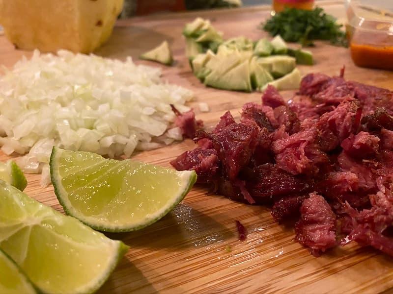Rimmad Oxtunga i småbitar med tillbehör för Tacos