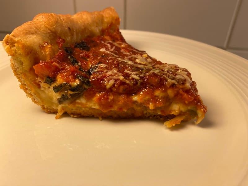 En bit av hemmagjord Chicago Deep Dish Pizza (Chicago Style)