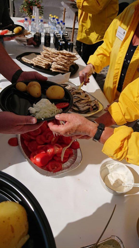 Surströmming serveras på en surströmmingsskiva i Örnsköldsvik